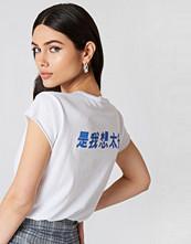 NA-KD Trend Chinese Back Print Tee