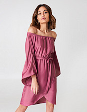 NA-KD Off Shoulder Kimono Sleeve Dress rosa