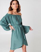 NA-KD Off Shoulder Kimono Sleeve Dress grön