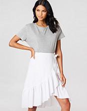 NA-KD Boho Wrap Over Flounce Linen Look Skirt