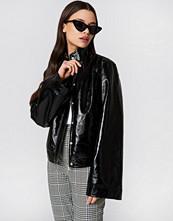 NA-KD Trend Wide Sleeve Patent Jacket - Jackor