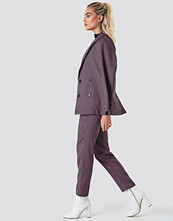 NA-KD Classic Fitted Suit Pants svart rosa
