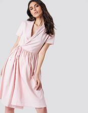 Kristin Sundberg for NA-KD Overlapped Midi Dress rosa