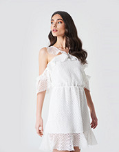 Linn Ahlborg x NA-KD Double Frill Sleeve Dress vit
