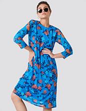 NA-KD Mesh Knee Dress blå multicolor