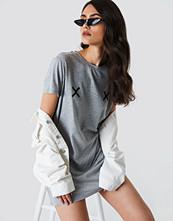 NA-KD Double X T-shirt Dress grå