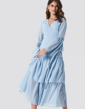 Andrea Hedenstedt x NA-KD Maxi Overlapped Frill Dress blå