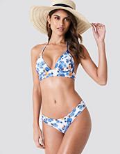 Andrea Hedenstedt x NA-KD Low Waist Cheeky Bikini Pantie vit blå multicolor