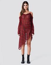 Sahara Ray x NA-KD Checked Transparent Asymmetric Dress röd