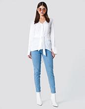 Sahara Ray x NA-KD Oversized Satin Knot Shirt vit