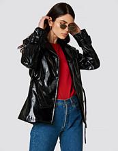NA-KD Trend Belted Short PU Jacket svart