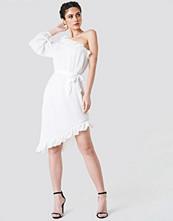 NA-KD One Sleeve Asymmetric Frill Dress vit
