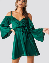 Iva Nikolina x NA-KD Cold Shoulder Satin Short Dress