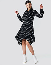 NA-KD Asymmetric Midi Shirt Dress svart multicolor