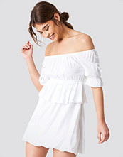 Debiflue x NA-KD Off Shoulder Frill Short Dress vit