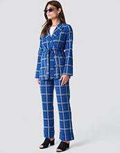 NA-KD Trend Flared Checkered Pants - Mönstrade byxor