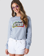 Galore x NA-KD Girl Cult Sweatshirt grå