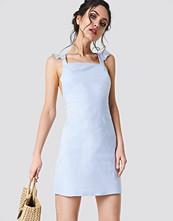 NA-KD Boho Cross Back Frill Mini Dress - Miniklänningar