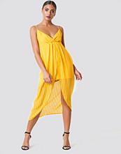 NA-KD Party Twist Front Strap Dress gul