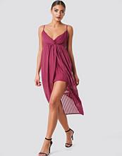 NA-KD Party Twist Front Strap Dress - Midiklänningar