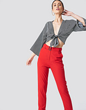 NA-KD Turn Up Belted Pants röd