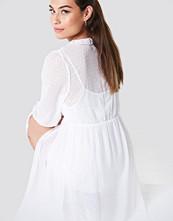 NA-KD Boho Swiss Dot Ruffle Maxi Dress vit