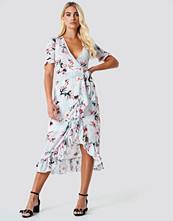 Trendyol Wrap Around Flower Dress - Midiklänningar