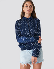 NA-KD Front Cut Out Dotted Top blå
