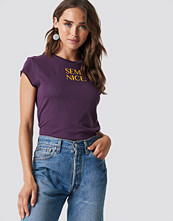 NA-KD Semi Nice Raw Edge Tee lila