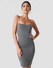 Nicki x NA-KD Bodycon Spaghetti Strap Dress grå